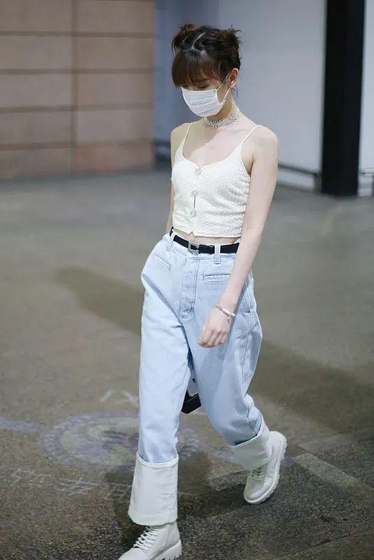 毛晓彤完全是仗着瘦,穿白色吊带和阔腿裤,真是完全的衣架子!
