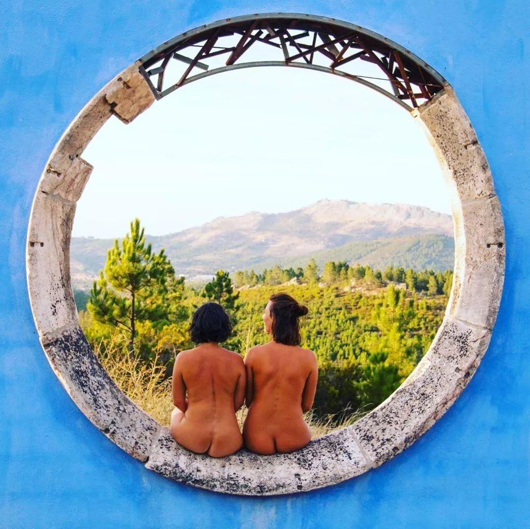 """网红情侣""""全裸""""环游世界,拍下数千张裸体,只为告诉人们…"""