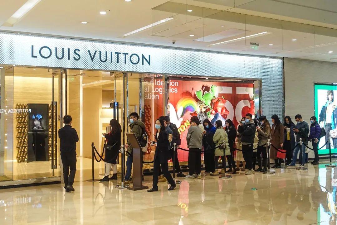奢侈品密集涨价,LV一年涨四次,产品卖断货网友后悔买少了